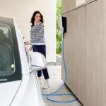 Mennekes-Ladesäule - Frau lädt Elektroauto